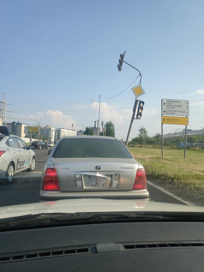 Вчера на перекрестке Ильюшина и Планерной в 17.52, Мерседеса врезался в светофор и уехал.
