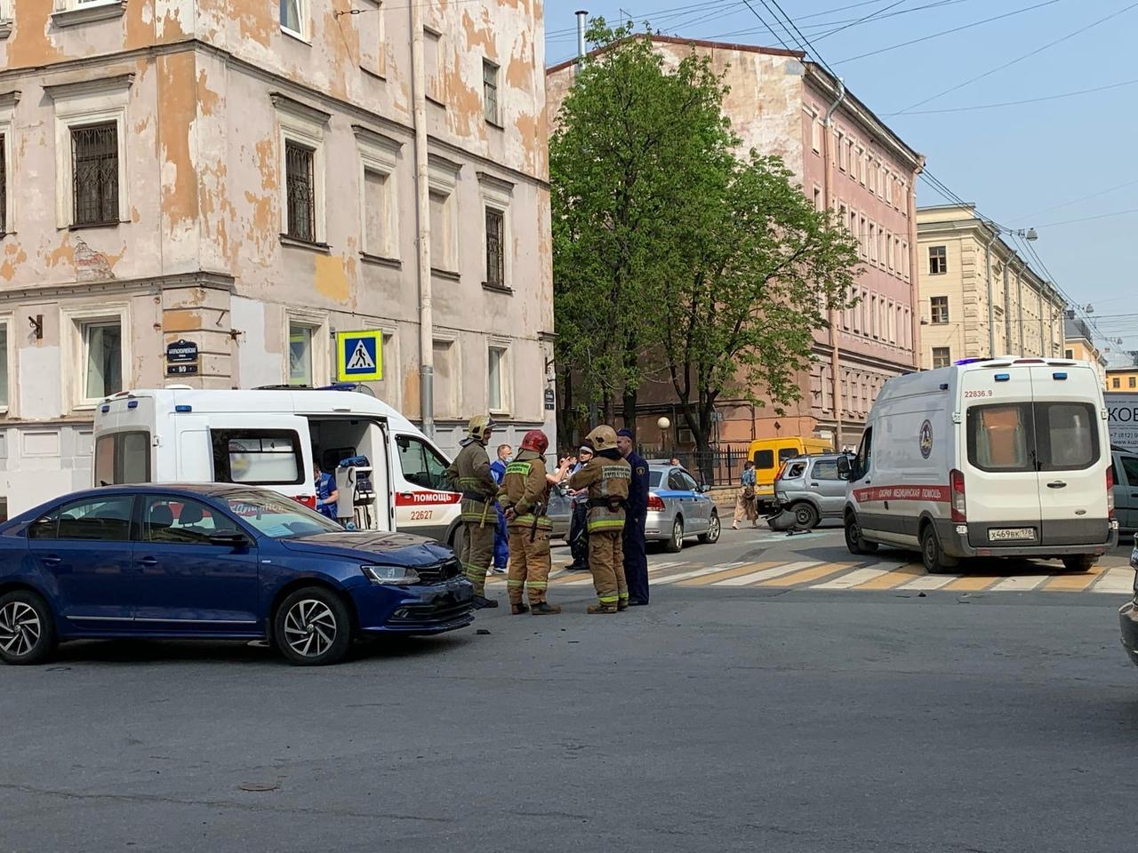 На перекрёстке 4-й Красноармейской и Егорова авария. Раз в неделю на этом перекрёстке кто-то бьётся....