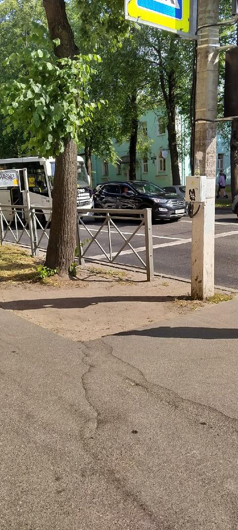 На Санкт-Петербургском проспекте 37 в Петергофе из-за аварии заняты обе полосы, служб нет.