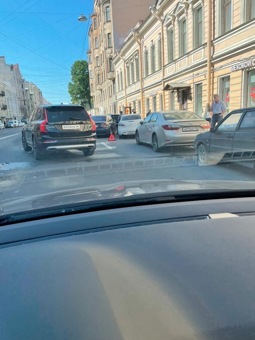 На 8-й линии Васильевского острова, 29 разворачивающийся Kia с адскими номерами 666, отправил BMW 74...
