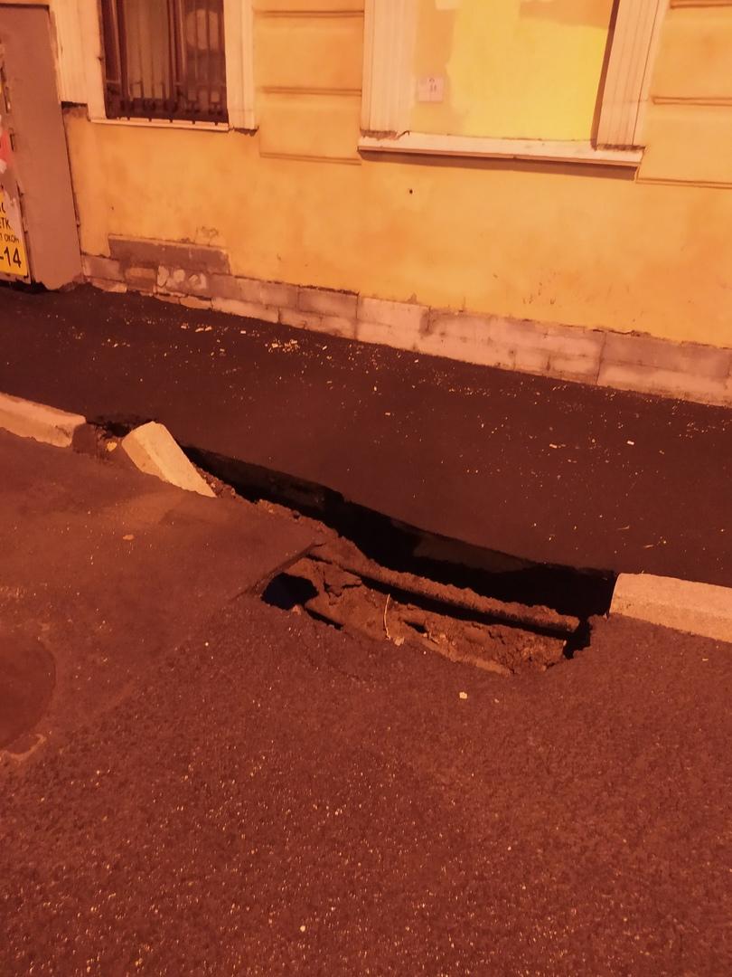 На углу ул Смолячкова и Выборгской набережной вчерашнем ливнем размыло асфальт и подмыло тротуар. В...
