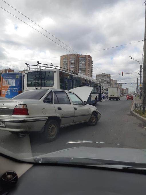 Перед метро Ленинский пр. в сторону Стачек, Nexia протаранила троллейбус.
