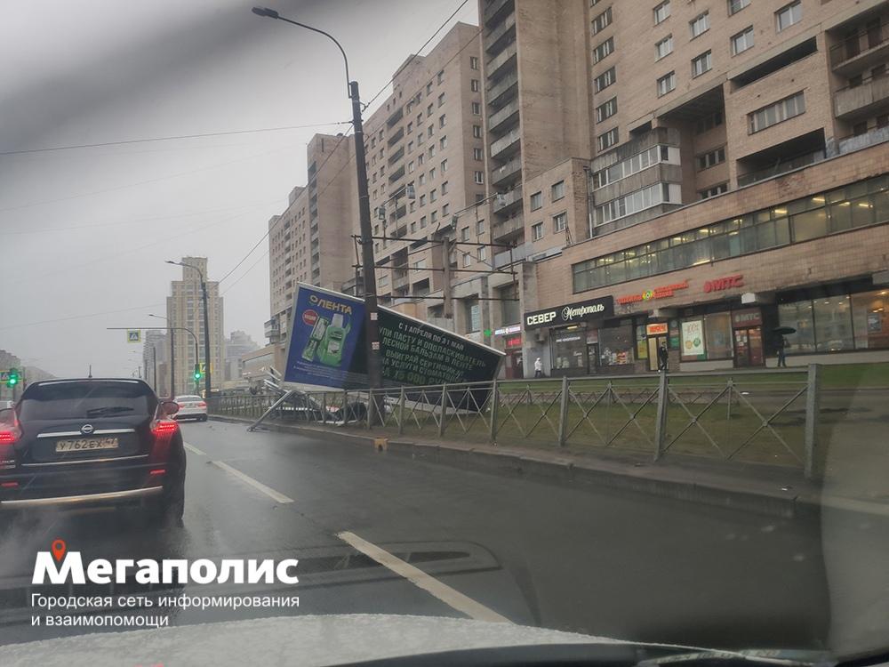 Напротив дома №87/1 по проспекту Просвещения упал баннер.