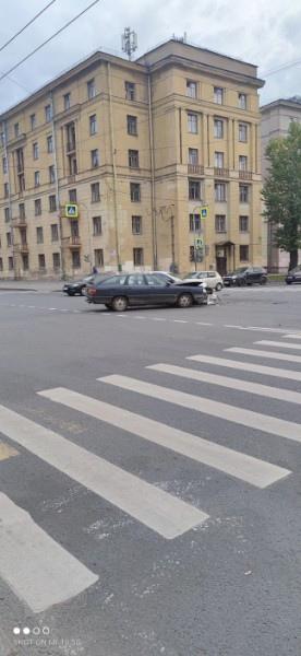Ищем свидетелей дтп на Краснопутиловской, 8. На Audi ехал наш знакомый, прямо на зелёный свет, а кар...