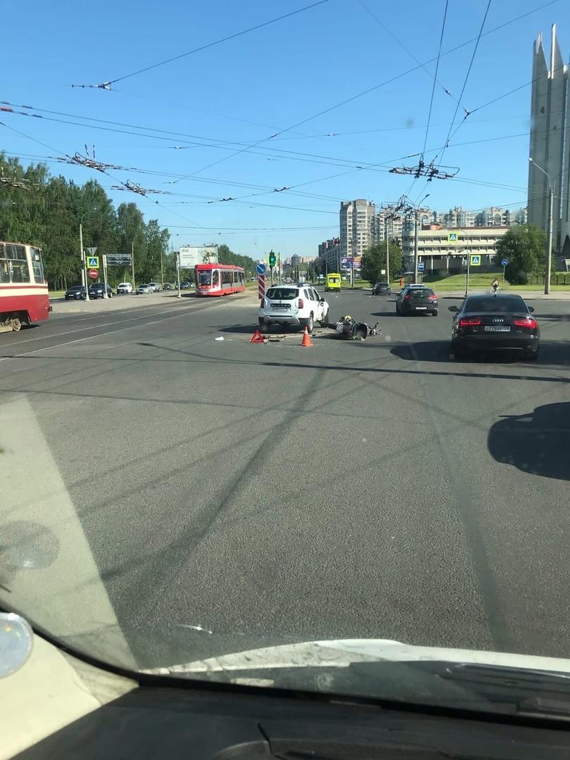 Мот в хлам на перекрёстке Тихорецкого и Светлановского, дядечка лежит. Была в шоке, не до фото.