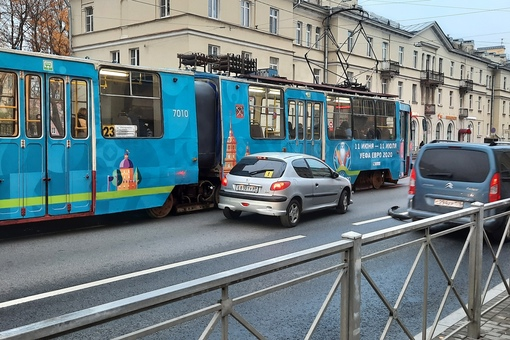 Пыжик на Среднеохтинском протаранил трамвай.