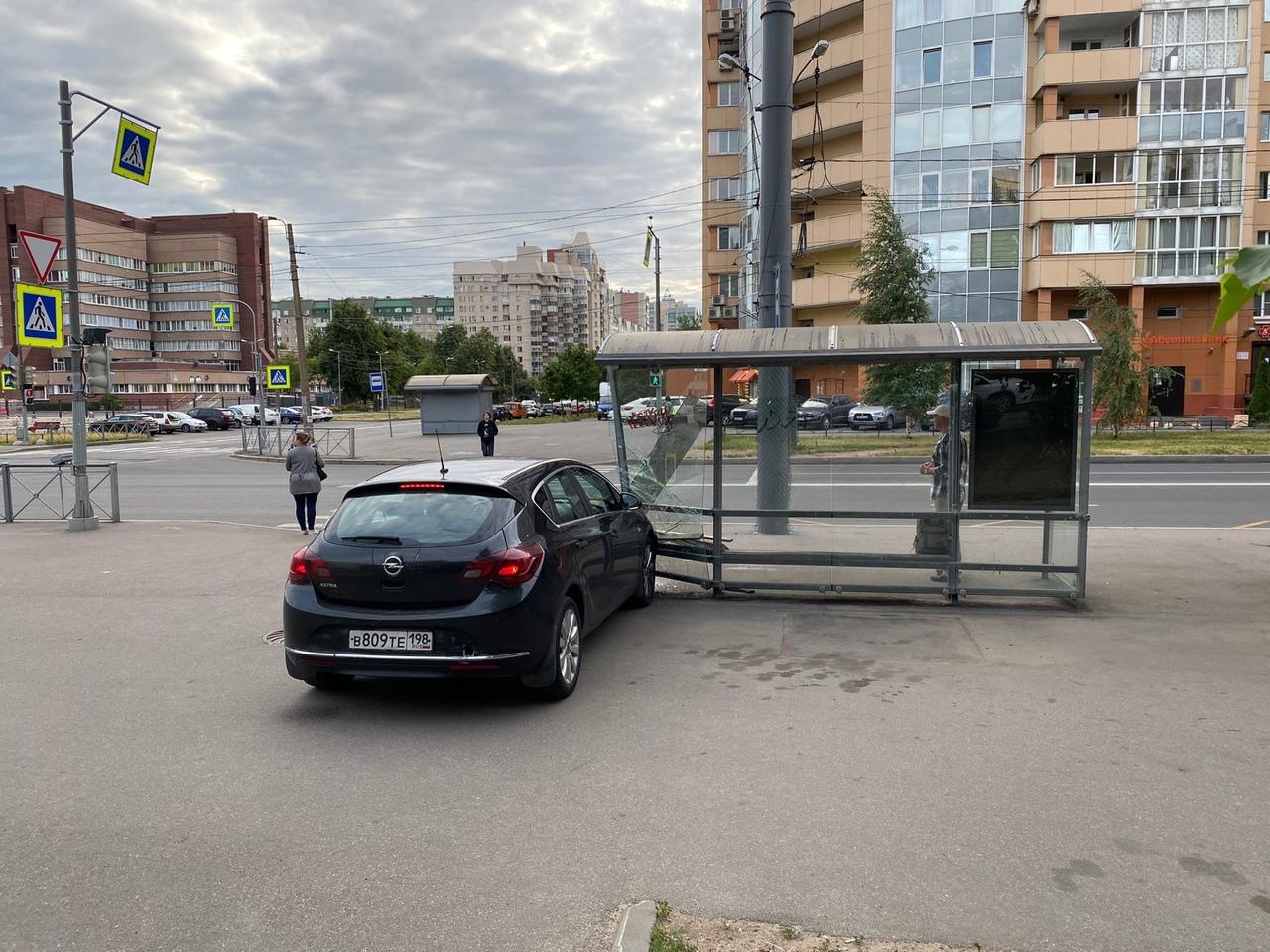 Водитель Опеля в сао снес остановку , на пересечение Сикейроса и Есенина , пострадавших нет .