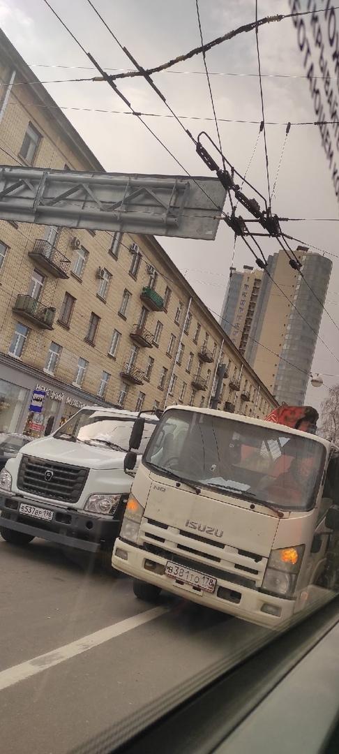 Спецтехника притëрлась на Светлановском под троллейбусной стрелкой. Движение затруднено.