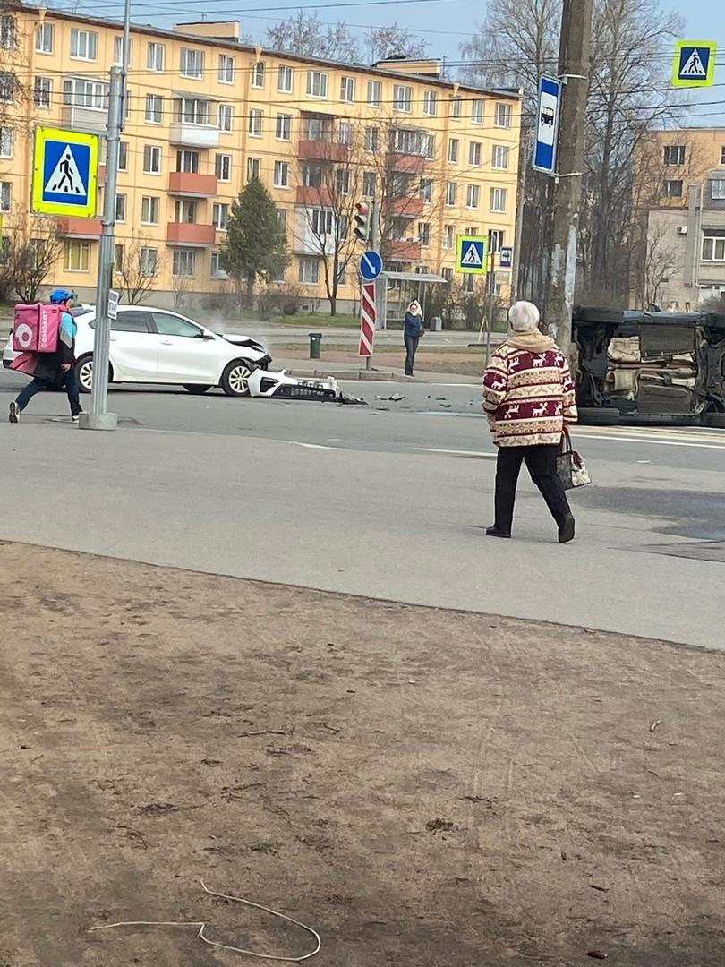 Дтп перекрестке Замшиной и Металлистов с переворотом внедорожника. Люди сразу поставили автомобиль н...