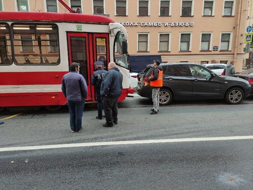 Трамвай толкает перед собой состав на Старо-Петергофском проспекте