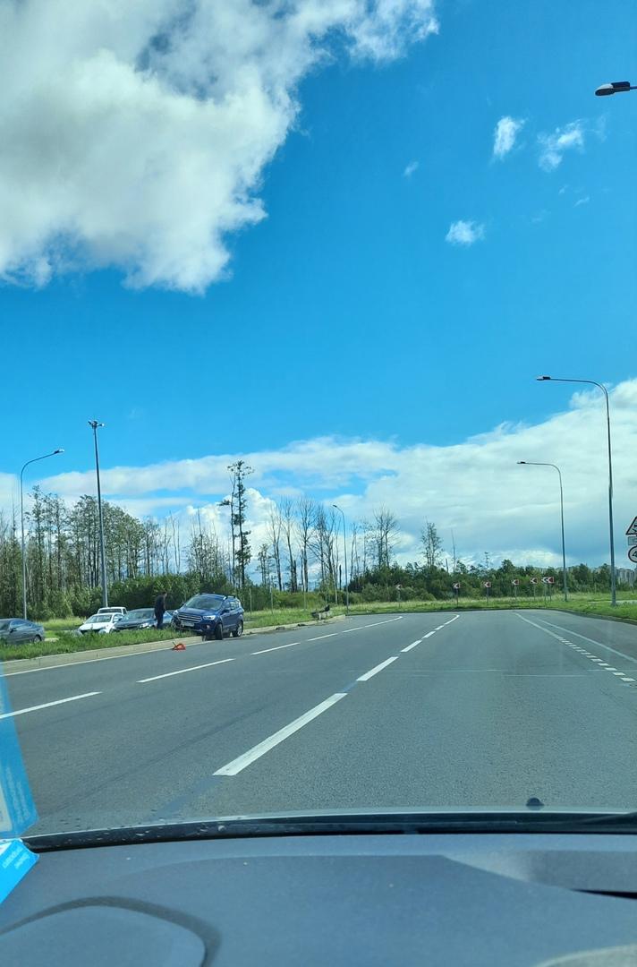 На повороте с Парашютной на Комендантский проспект автоЭквилибрист исполнил трюк. Стоит грустит