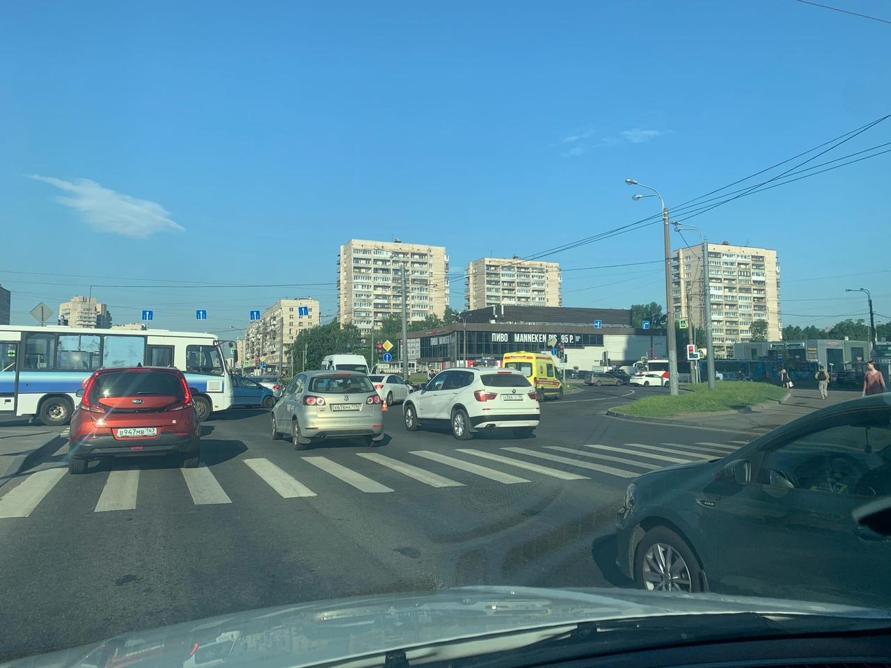 Пересечение Славы и Бухарестской, белый Chevrolet Круз на 123 регионе ушатал мотоцикл. Мотоциклистку с...
