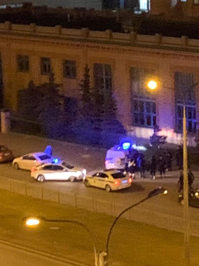 На Наличной улице кого-то задержали. Несколько патрульных машин полиции, одна машина ГИБДД. Всё нача...