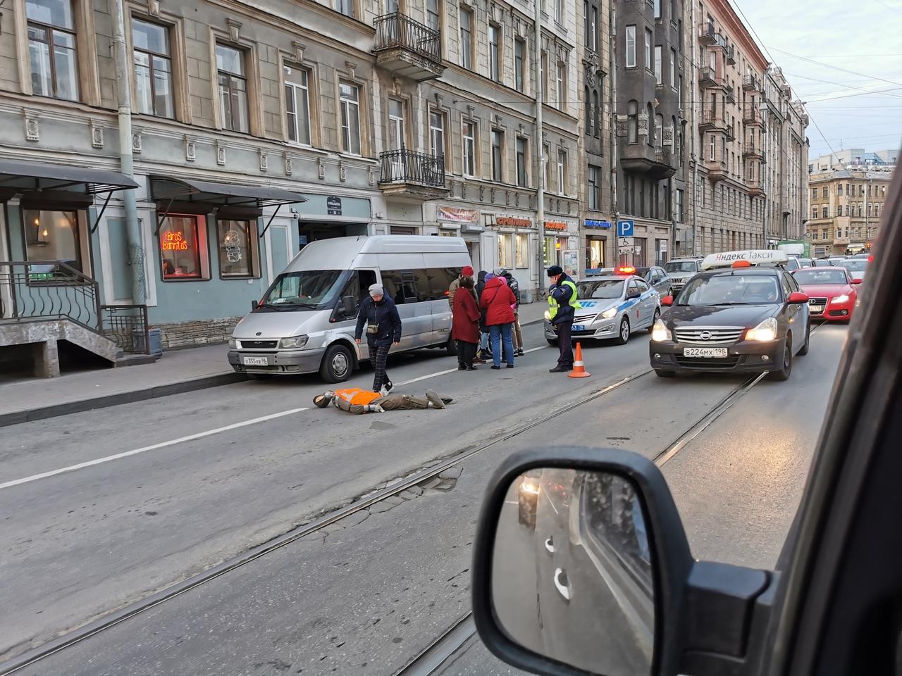 На Куйбышева 34 на дороге лежит манекен в оранжевой жилетке. На месте службы. Машины объезжают по т...