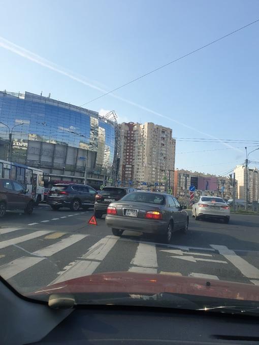Солнечно, тепло и не проехать на Комендантской площади, перекрёсток с ул.Уточкина.