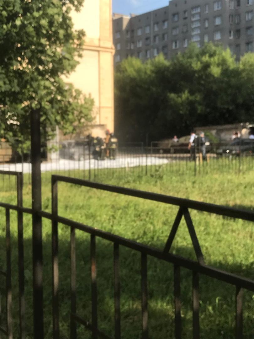 Горит Машина в Кировском районе. Огородный переулок Старая Audi,дети, которые гуляли во дворе, стали...