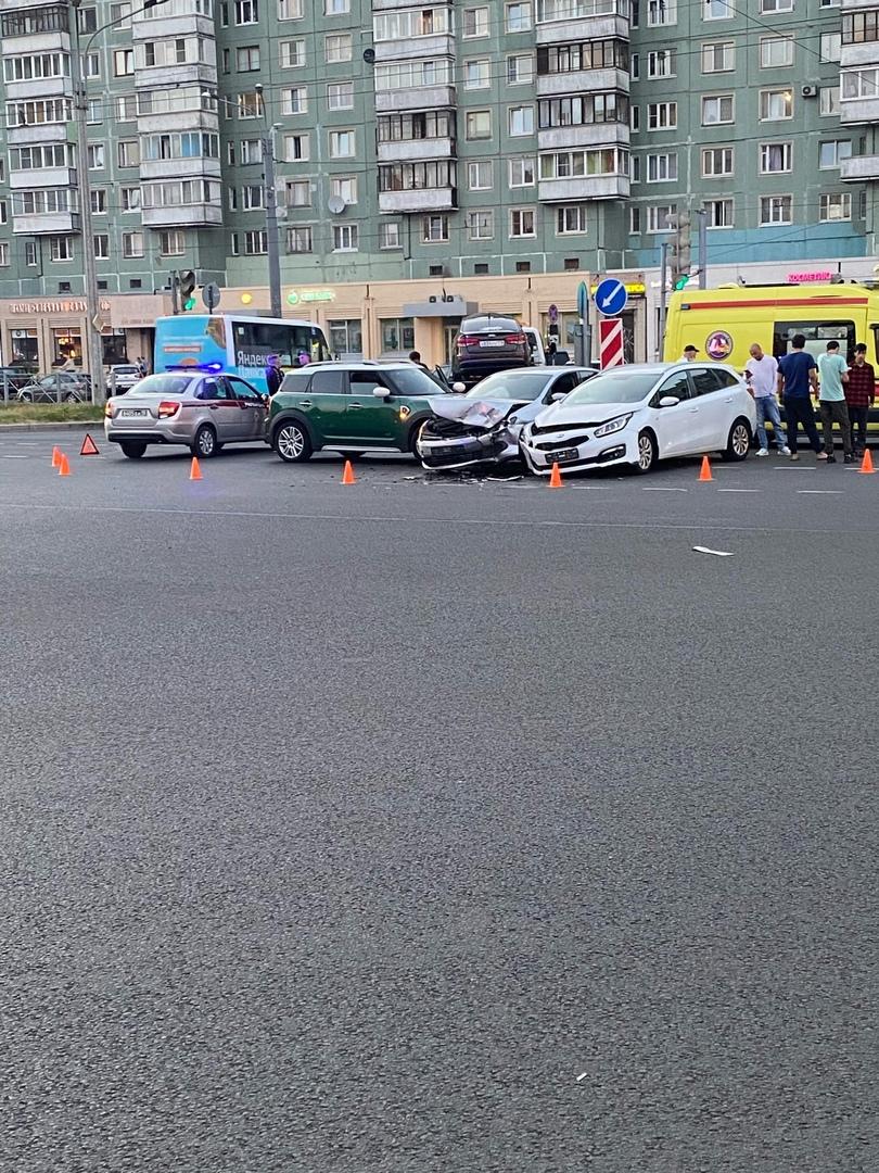 Авария на перекрестке проспекта Просвещения и улицы Хошимина.