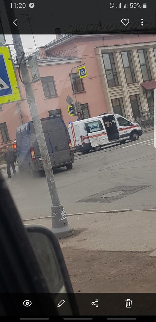 Автомобилю Петербурггаза помяли дверь на перекрёстке Седова и Ольги Берггольц.