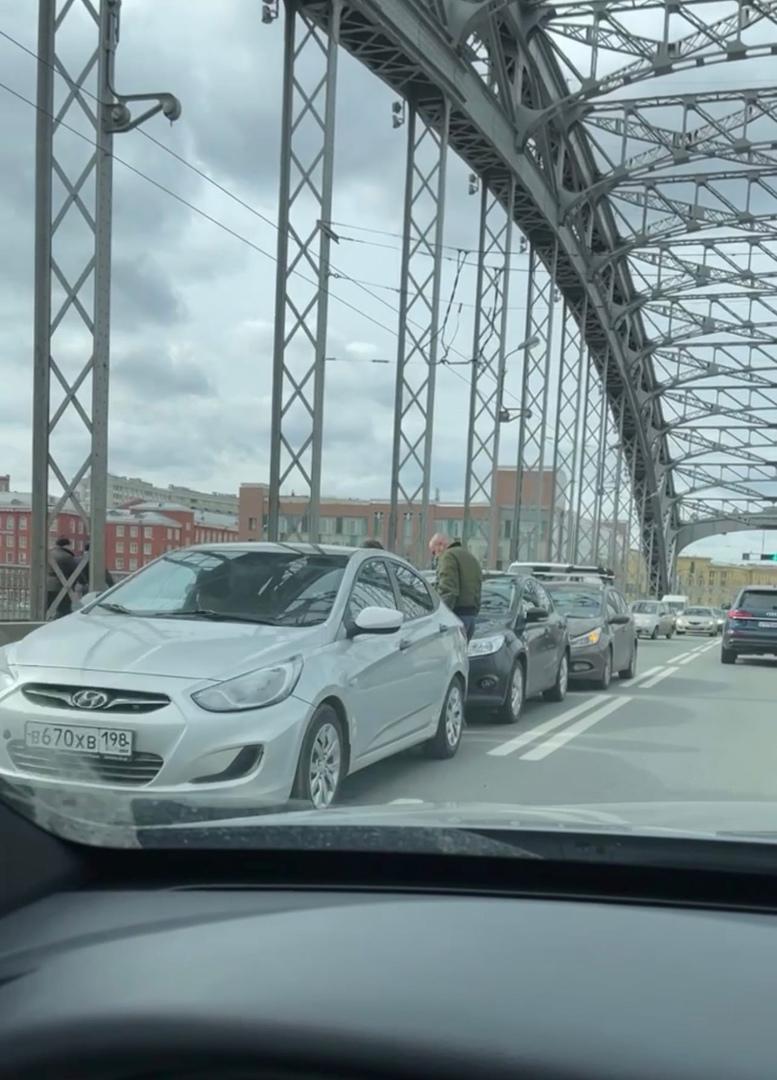 Тройничок на Большеохтинском мосту. Собралась крупная пробка.