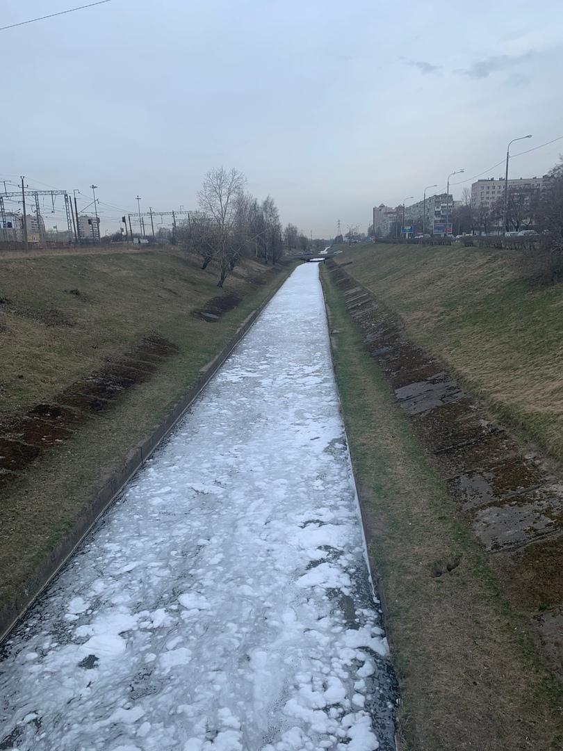 Кто-то периодически сливает в реку Волковку пенные отходы.