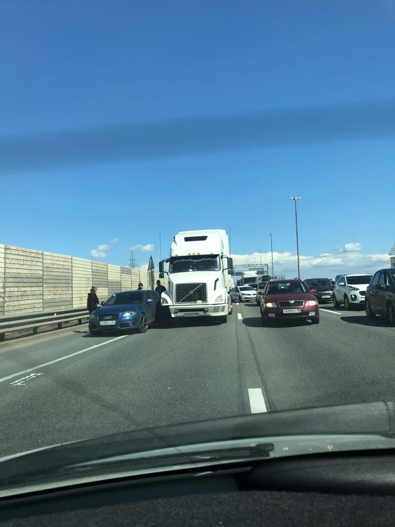 На КАД по внутренней стороне перед Большим Обуховским мостом водитель грузовика не пустил обочечн...
