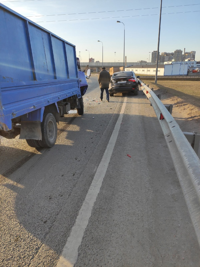 Авария на развязке КАД и Октябрьской набережной в сторону города.