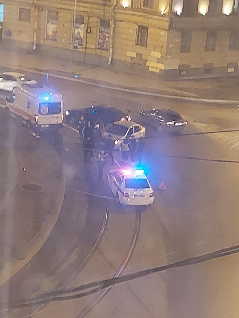 На площади Стачек, возле Нарвских триумфальных ворот, серебристая машина врезалась в бордюр. Скорая ...