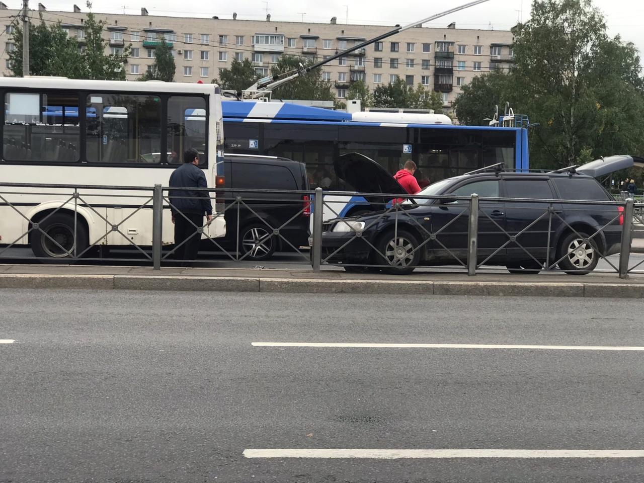 На Ветеранов у метро маршрутка притерлась с легковушкой.