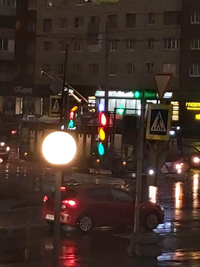 На Солдата Корзуна, вроде молния ударила в дом. Сломался троллейбус и не работают светофоры, горят в...