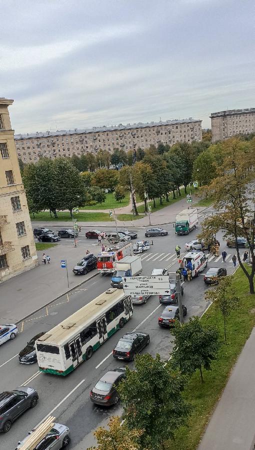 Только что сбили женщину и ребёнка на перекрестке Краснопутиловской и Маршала Говорова