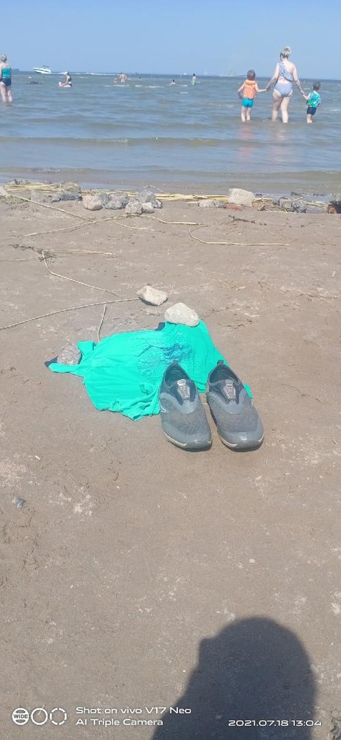 Со вчерашнего утра на пляже юго-запада. Может кто-то потерял человека одетого в эти вещи...