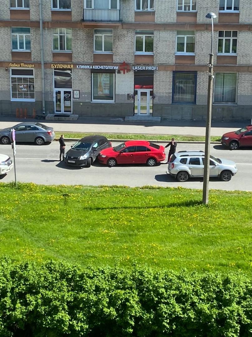 Напротив дома 19к2 на Варшавской небольшая авария потому, что кто-то не смотрит по зеркалам.