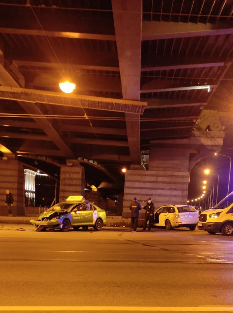 Под Ушаковском мостом в час ночи произошло ДТП Похоже, что такси развернулся через сплошную (но эт...