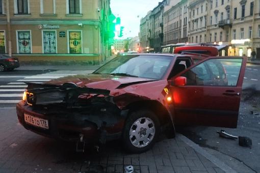 На перекрёстке , Лермонтовский пр и Римского-Корсакова произошло дтп, гаи приехали быстро.