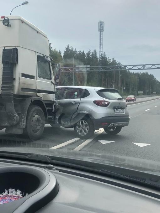 Авария в сторону Ропши на Ропшинском шоссе, где съезд с КАД. Не понятно куда француз ехал…