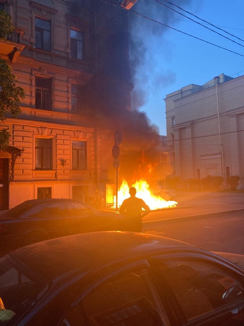 В Тучковом переулке, на углу дома 11/5 сгорели два подземных мусорных контейнера.