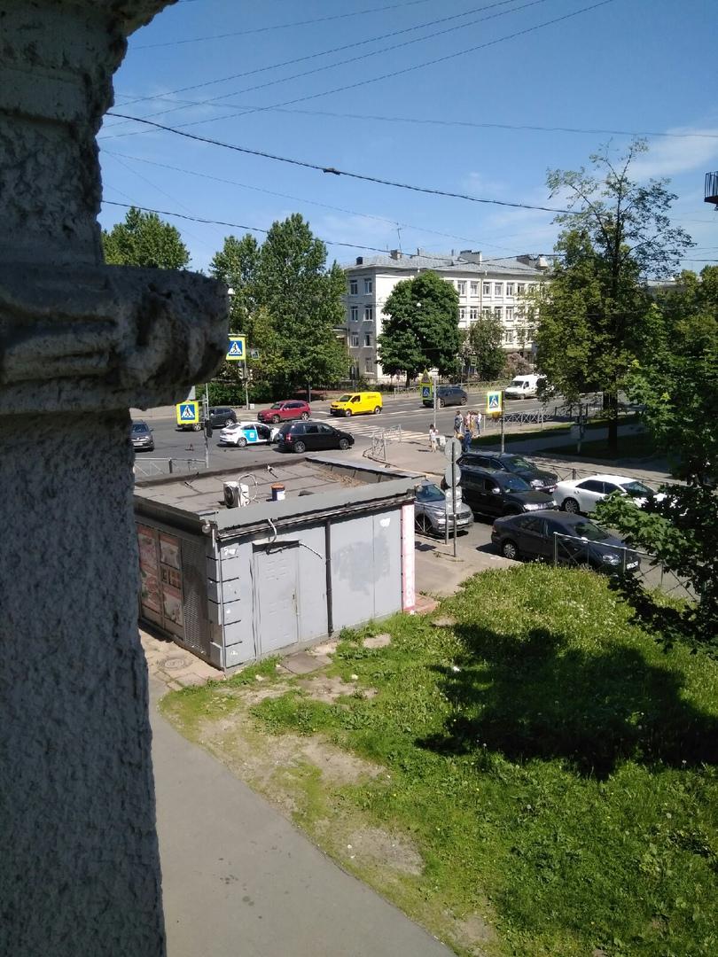 Противостояние белого и чёрного на пересечении Благодатной и Севастьянова