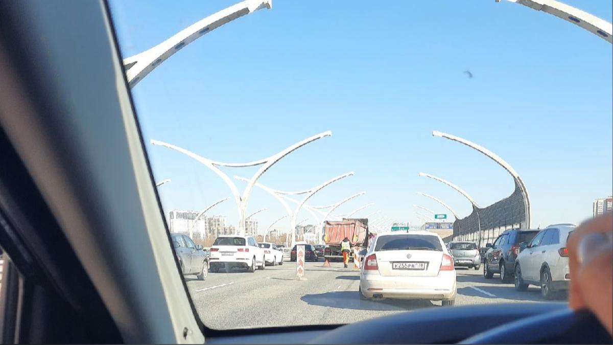 На ЗСД перед съездом на Богатырский проспект плотное движение из-за аварии. Пробка минут на 15-20.