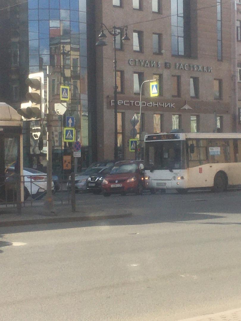При повороте налево с Лиговского на Рязанский Suzuki не уступил автобусу на выделенной