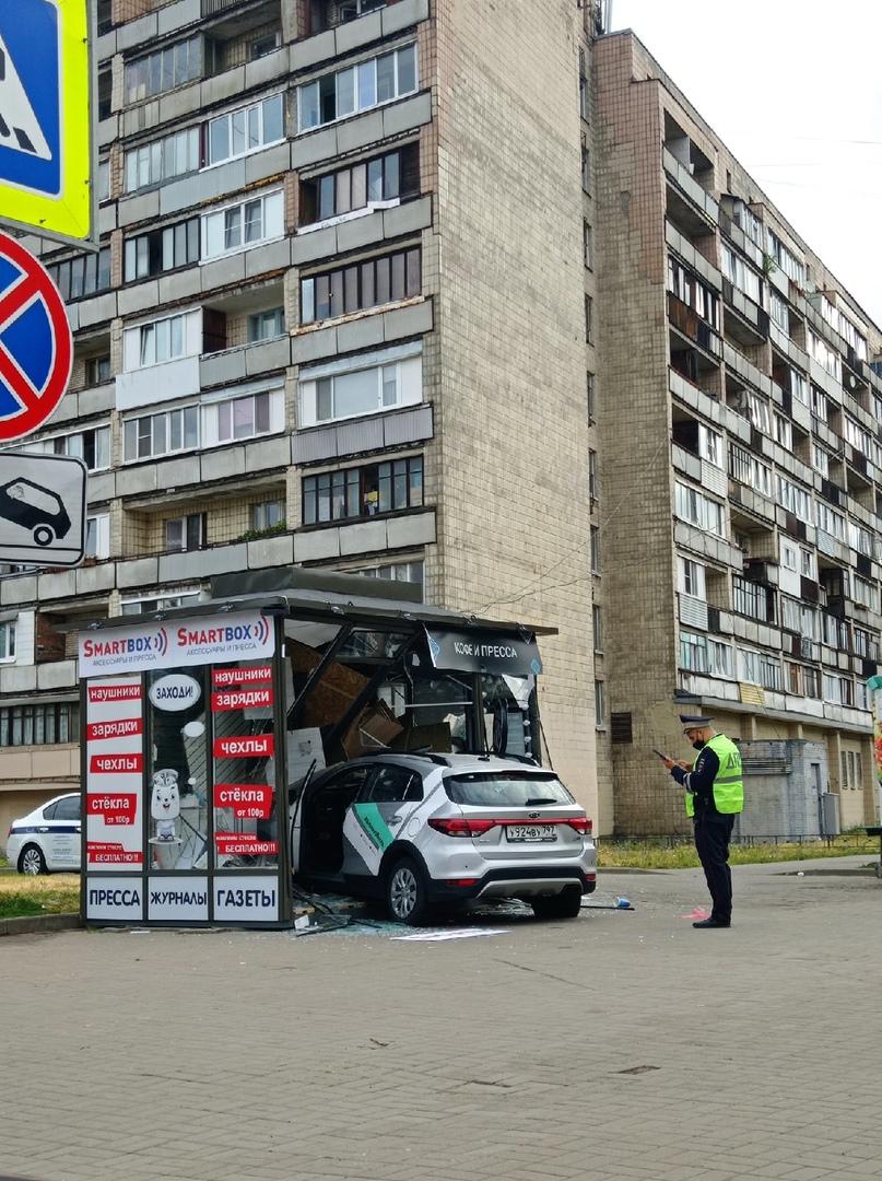 Каршеринг заехал попить кофе и почитать утреннюю газету В киоск на углу перекрестка Беринга и Нахим...