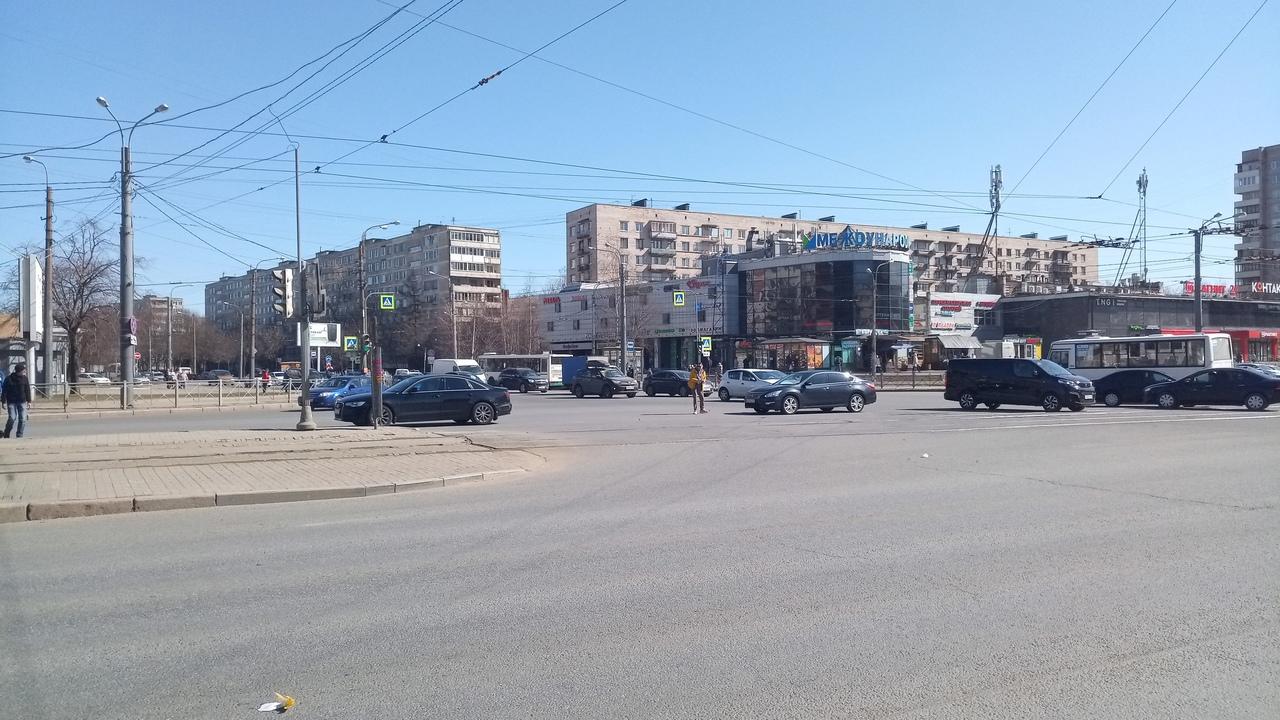 На перекрестке Бела Куна и Бухарестской, притерлись Audi и Nissan. Пробки еще нету, думаю не будет. ...