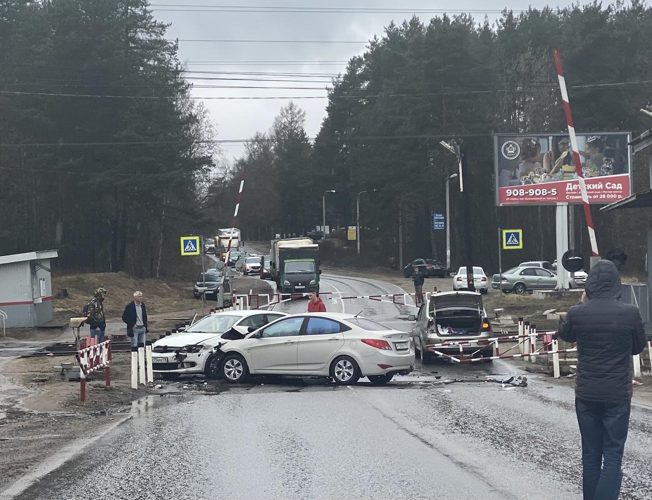ДТП на ж/д переезде в поселке Кузьмоловский. Проезд судя по всему будет перекрыт.