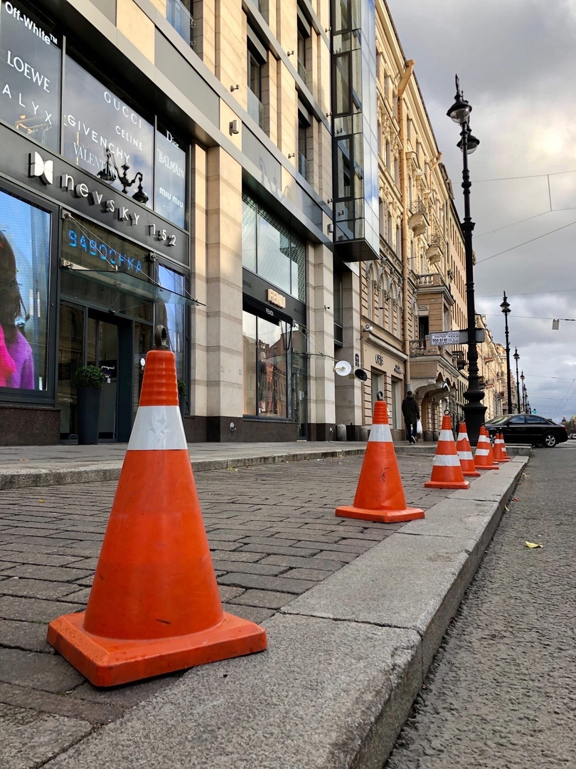 На Невском проспекте у дома №152, напротив магазина, днем появляются конусы на общей парковке. Чтобы...