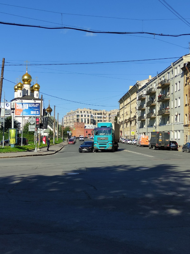 На повороте с Миргородской на Кременчугскую грузовик с легковой заняли 1,5 ряда