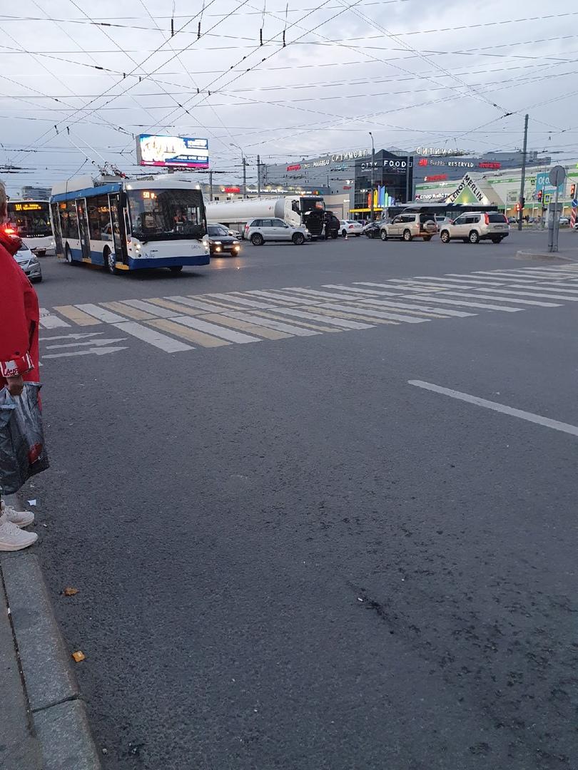 На перекрёстке Испытателей и Коломяжского ДТП с участием фуры и мотоцикла. Фура перекрыла трамвайные...