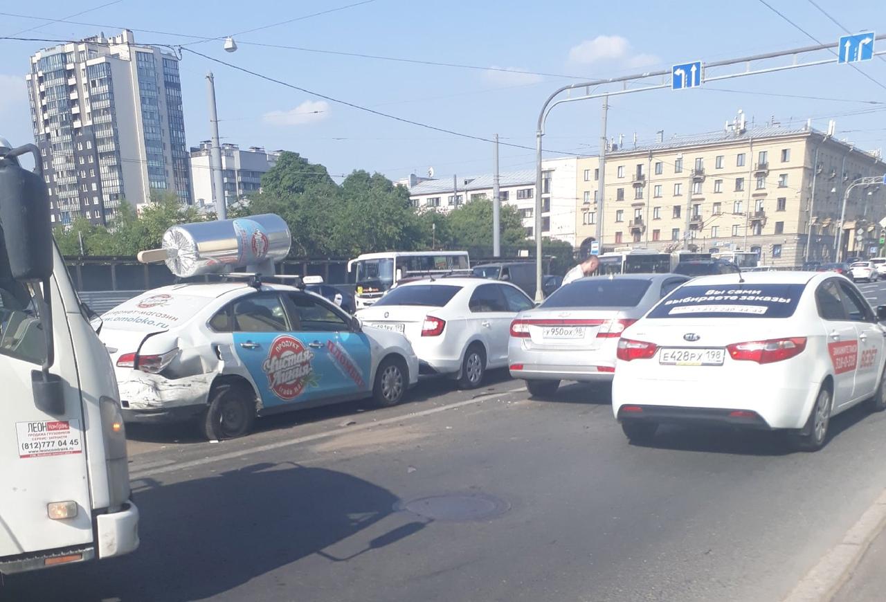 """""""На том же месте, в тот же час..."""" ДТП с тремя т/с на Кантемировской улице в сторону ст. метро Лес..."""