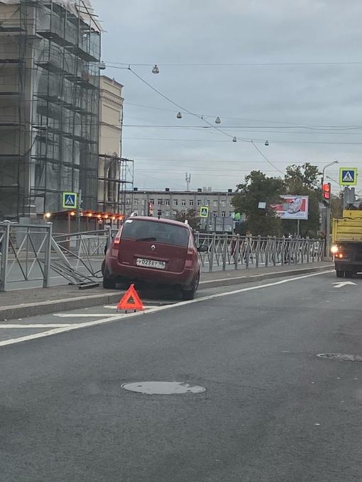 Ограждение vs Renault. Второго участника не видно. Набережная Обводного канала 116
