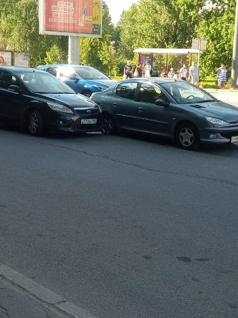 Две машинки притерлись на проспекте Обуховской Обороны у метро Пролетарская.