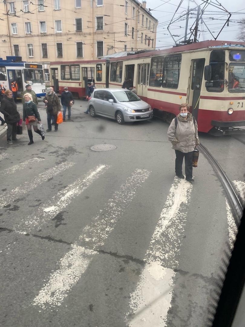 Классическое ДТП с трамваем на перекрёстке Арсенальной и Кондратьевского. Пробке быть