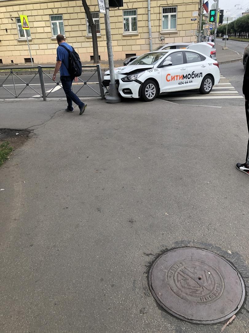 Краш тест такси и светофора на перекрестке Таллинской и Новочеркасского проспекта